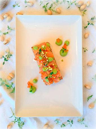 Coca de Salmon fresco y crema de Aguacates