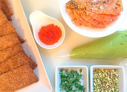 ingredientes coca de salmon y crema de aguacate hass