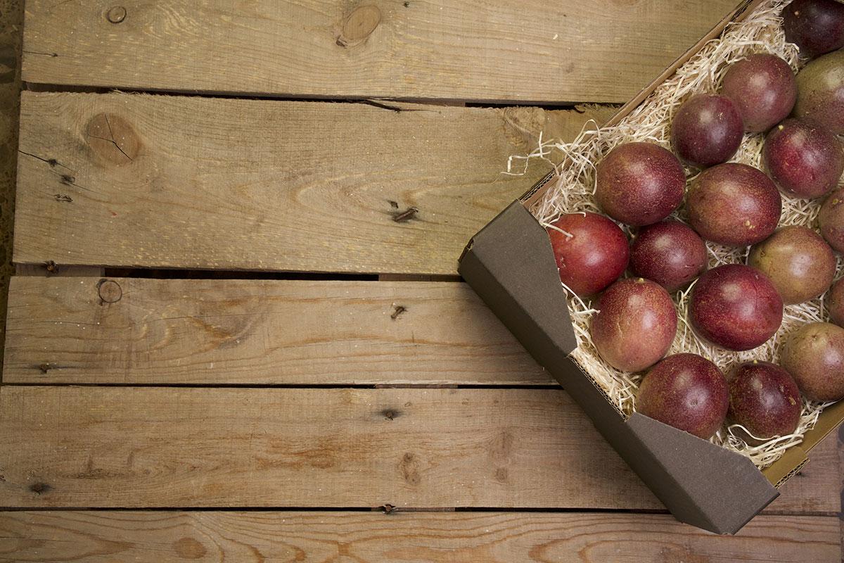 caja de fruta de la pasión cultivada en Andalucía
